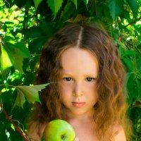 Ева: девочка с яблоком :: Ирина Вайнбранд