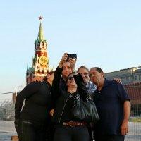 Селфи на фоне Кремля :: Анатолий Шулков