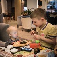 """...а сейчас я покажу тебе, как едят палочками"" :: Владимир Безбородов"