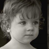 Девочка, смотрящая на игры старших детей :: fotovichka репортажный фотохудожник