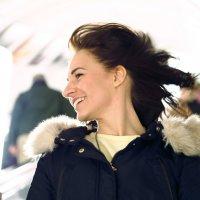 Девушка на эскалаторе в метро :: Надежда Крылова