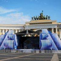 Подготовка к празднику у арки главного штаба :: Татьяна Манн