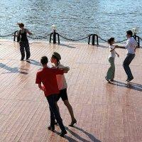 танцы у воды или завораживающее зрелище :: Олег Лукьянов