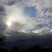 Солнце хмурится за тучей :: Валерий Розенталь