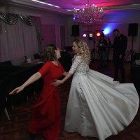 Танец невесты и подружки :: Галина Сафиулина