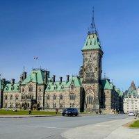 Западный блок парламента, а справа отель Шато Лурье (Оттава, Канада) :: Юрий Поляков