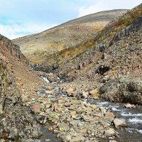 Водопады в ущелье ручья г.Хребтовой :: Сергей Карцев