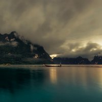 Вечерело на озере Чео Лан — одном из самых красивых мест в Таиланде! :: Александр Вивчарик