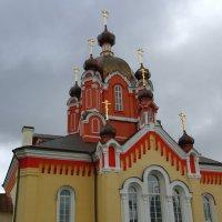 Крестовоздвиженская церковь - действующий православный храм в городе Тихвин Ленинградской области :: Александр Алексеенко