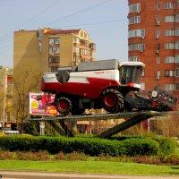 Памятник ростовскому комбайну :: Нина Бутко