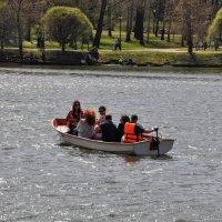 Катание на моторной лодке :: Анатолий Колосов