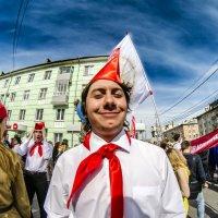 Трудно жить на свете октябренку Пете, Бьет его по роже пионер Сережа. :: Роман Шершнев