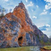 Скала Калим Ускам с пещерой :: Любовь Потеряхина