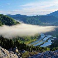 Облачко над рекой :: Сергей Чиняев