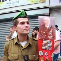 Солдат Армии обороны Израиля с гордостью держит портрет и награды своего пра-прадеда! :: Николай Волков