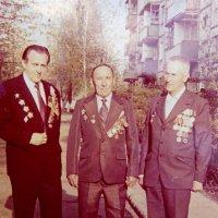 Отец (в середине) с соседями ветеранами 9 Мая 1985г. :: Александр Прокудин