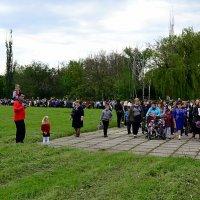 К братской могиле-шурфу вдоль Стены Скорби :: Владимир Болдырев