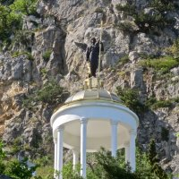ротонда возле храма Архангела Михаила :: Елена