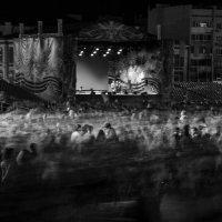 Зрители покидают площадь Куйбышева после праздничного салюта. Самара. 9 мая. :: Владимир Клещёв