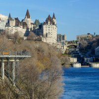 Вид замка-отеля Шато Лурье «Фэйрмонт» со стороны реки (Оттава, Канада) :: Юрий Поляков