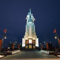 памятник Рабочий и колхозница :: Юрий Лобачев