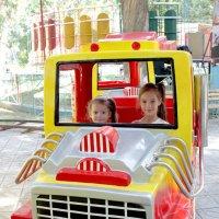 Мы с сетрёнкой в парке :: Михаил Костоломов