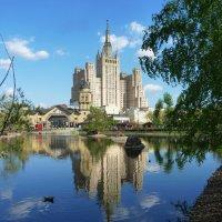 Москва....Высотка на Кудринской и Пресненский пруд. :: Galina Leskova