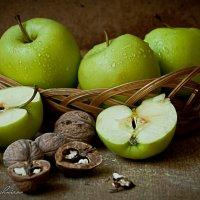 Яблоки и орехи :: Сергей