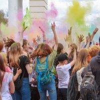 Цветная феерия на фестивале красок Холи в Ижевске :: Леонид Никитин