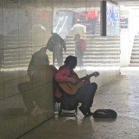 музыка в подземном переходе :: Елена