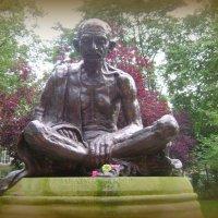 Махатма Ганди мерзнет в Лондоне :: Марина Домосилецкая