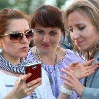 подруги,смартфон и эмоции :: Олег Лукьянов