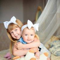 Две девчушки, сидят на кровате :: Дарья Дядькина