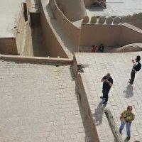Ичан-Кала привлекает множество туристов со всего мира. :: Людмила Богданова (Скачко)