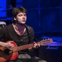Гитара с треснувшею декой... поёт, смеётся и рыдает... :: Сергей Смоляков
