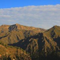 Утро в Приэльбрусье. Вид на плато Шаджатмаз.Скалистый хребет, высота около 2000 м. :: Vladimir 070549
