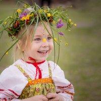 Девочка в веночке, в веночке из цветочков. :: Милада Шестопалова