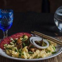 Макароны с мясом луком, помидорами и сельдерей, в рюмке водка :: Иван Помидоров