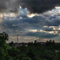 Неспокойное небо сегодня  Проливалось на город дождём... :: Анатолий Клепешнёв
