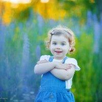 Малышка Варвара в поле с люпинами :: Дарья Дядькина