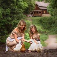 Мама с дочкой на хуторе с уточками :: Ирина Ашутова