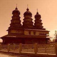 Праославный   деревянный   храм   в   Ивано - Франковске :: Андрей  Васильевич Коляскин
