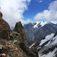 Милее мне склоны и трещины гор,  чем берег морской и зелёный простор. :: Anna Gornostayeva