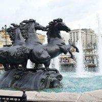 Фонтан «Четыре времени года», расположенный на Манежной площади, изображает четырех резвящихся коней :: Татьяна Помогалова
