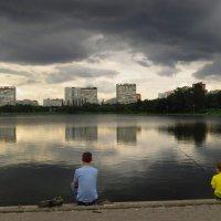 Настоящему рыбаку дождь не помеха :: Андрей Лукьянов