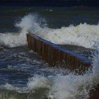 С шумом взрываются волны, бьются о волнорез :: Маргарита Батырева