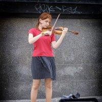 Скрипачка на Сенной площади. :: Александр