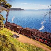 Ретро поезд на фоне Порта Байкала и Листвянки :: Алексей Белик