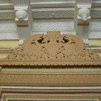 Резьба над дверью и фрагмент потолка :: Анна Воробьева