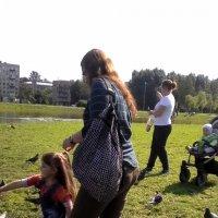 Надо птичек покормить... :: Svetlana Lyaxovich